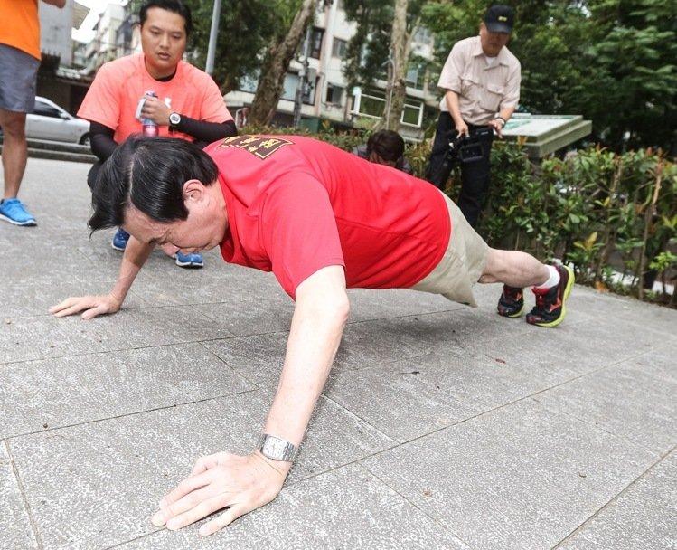 莱芜论坛:马英九做俯卧撑热身(图片来源:台湾《联合报》)
