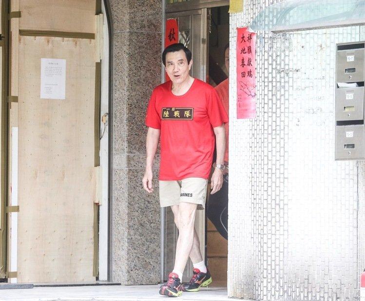 莱芜论坛:马英九步出居所门口(图片来源:台湾《联合报》)