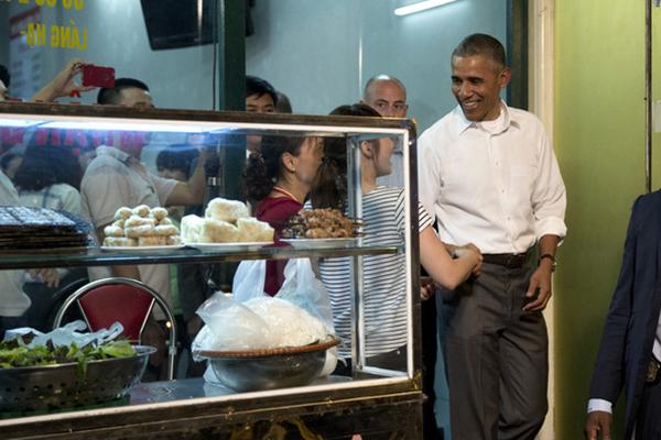 奥巴马访越品尝街边小馆 与民众亲切互动