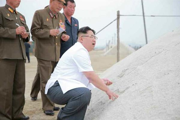 金正恩穿短袖衬衫戴眼镜视察朝鲜盐场 亲自指导工作