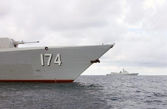 美日军舰尾随中国海军神盾舰
