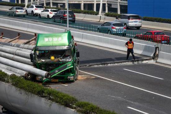 上海中环高架交通事故肇事司机等5人被刑事拘留