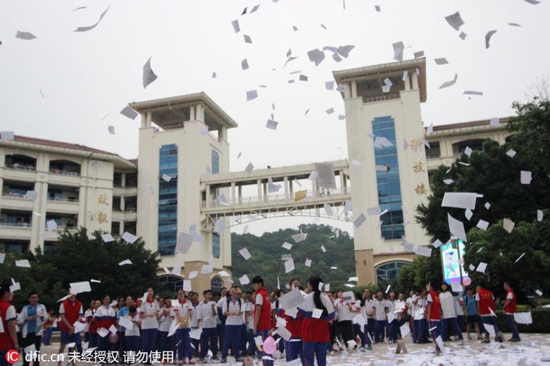 福建一中学高三考生集体撕课本解压