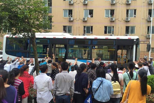民众抬车 抢救用身体保护孩子的老师