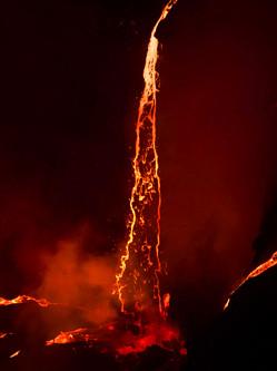 地质学家活火山口拍岩浆流似红瀑布