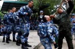 解放军赴泰国野外生存训练 生饮蛇血