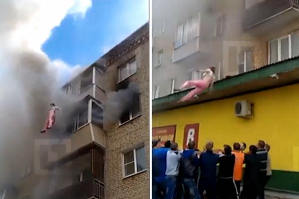 俄居民楼失火 父母将孩子从阳台抛下被路人接住后也跳楼