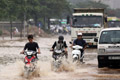 越南河内强降雨引发洪水 致多条城市街道被