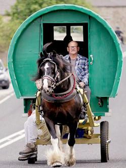 英旅客乘马棚车参加马博会