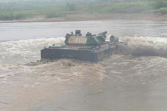 解放军空降兵战车下水当船开
