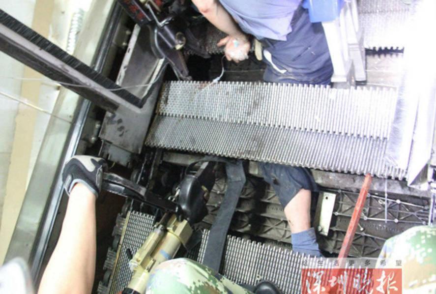 深圳一超市扶梯突塌陷 老人左腿瞬间被吞