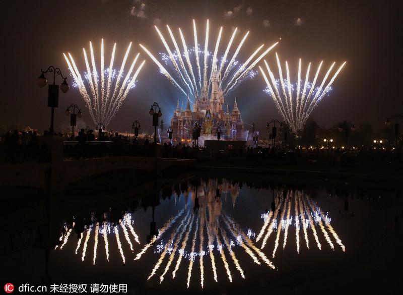 """上海迪士尼燃放烟花点亮""""奇幻童话城堡"""""""