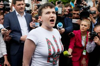 乌克兰被俘女飞行员获释抵达基辅