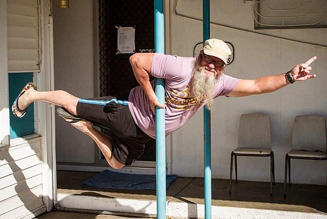 澳55岁中年大叔沉迷钢管舞 姿势优美