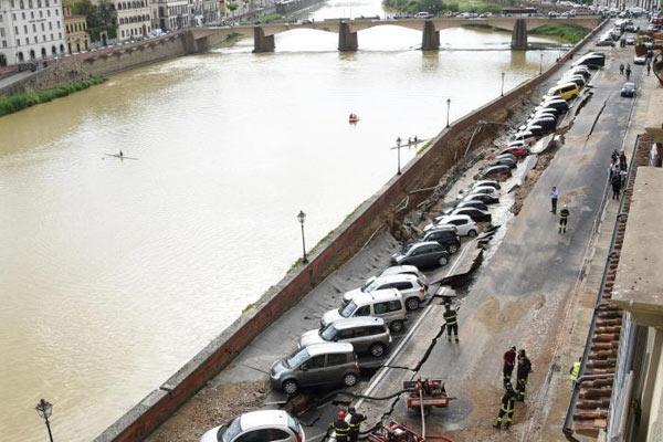 引水渠断裂致路面塌陷 停靠车辆被吞没