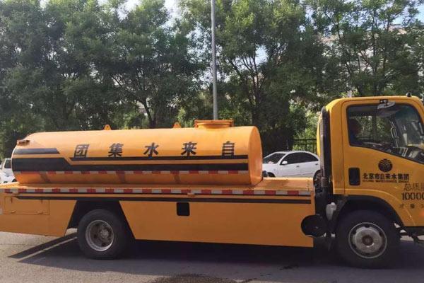 北京一小区自来水异味 30余辆车供水