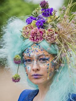 英街头上演鲜花展 模特似花仙子