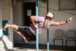 澳55岁中年大叔沉迷钢管舞