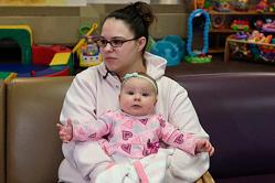 美国女囚犯监狱内产女 女儿陪伴生活
