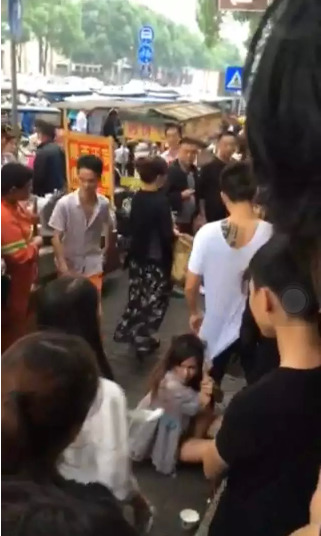 女子推婴儿车碰到人 一家4口遭4名大汉当街暴打