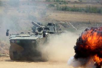 轮式步战车和战火的亲密接触