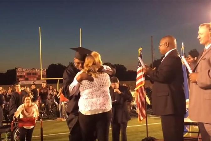 美国脑瘫学生走下轮椅领取毕业证书 感动师生
