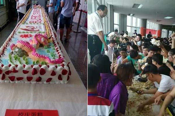高校现6米长校庆蛋糕 学生哄抢老师被挤上阳台