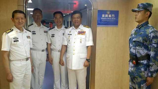 马来西亚海军司令访问辽宁舰