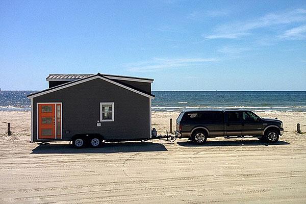 美年轻夫妇用180平大房换18平移动房环游美国