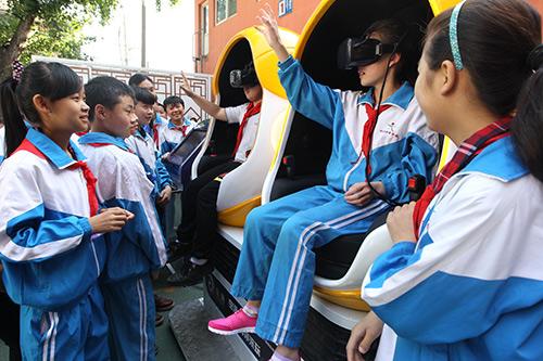 """""""虚拟现实""""搬进校园为儿童带来奇妙节日礼物"""