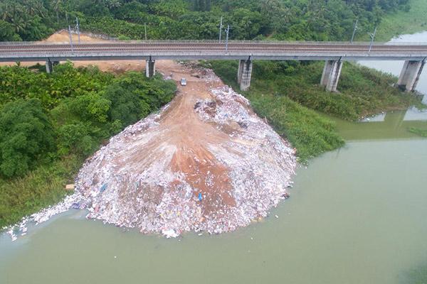 上千吨建筑垃圾入侵海南万泉河