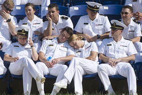 美海军军官学校毕业典礼 学员瞌睡连天