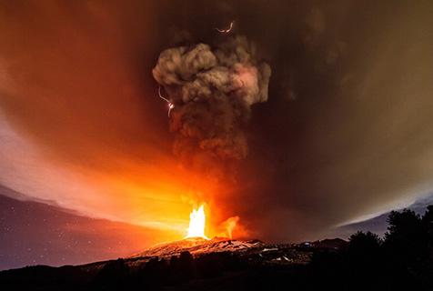 意摄影师拍摄埃特纳火山喷发场面