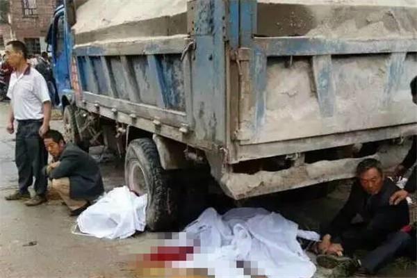 货车冲进送葬人群 致2死13伤