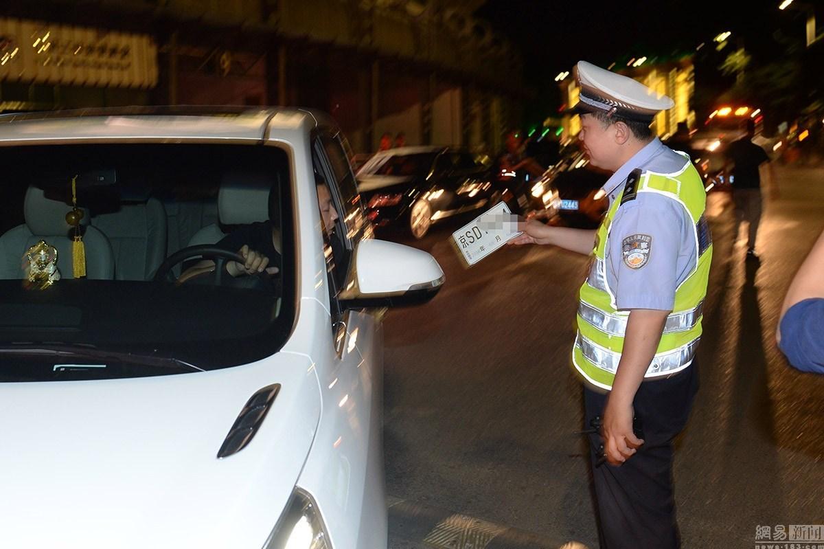 北京交警突击夜查工体豪车 无牌车全部拖走