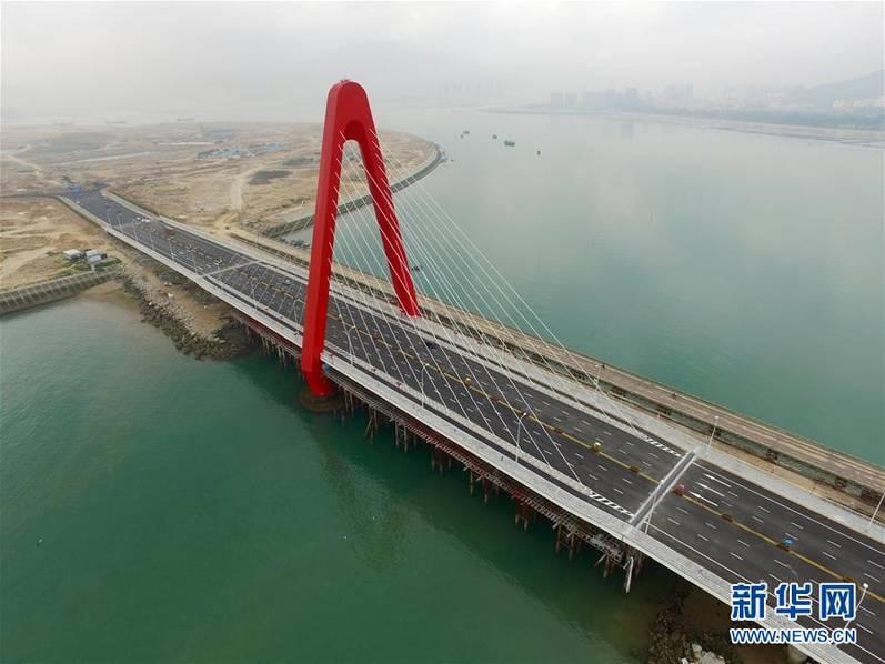 我国首个大型离岸式人工岛双鱼岛大桥建成通车