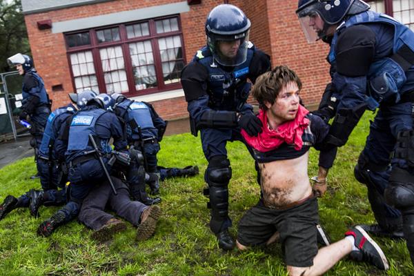 澳大利亚民众反种族主义抗议与警察冲突 多人被捕