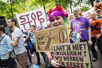 世界多地民众游行示威抗议TTIP