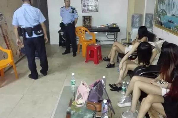 中山扫黄捣毁3个淫窝 被抓女子长发掩面