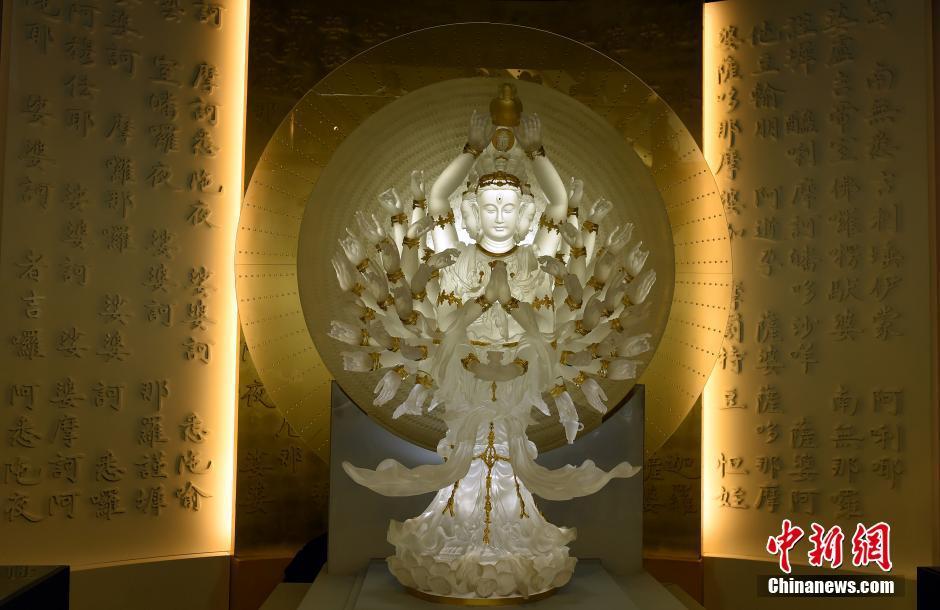 世界最大琉璃千手千眼观音在香港展出