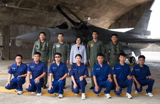 蔡英文到台湾省部队看F-16