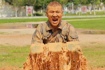 中国海军特种兵训练变成泥人