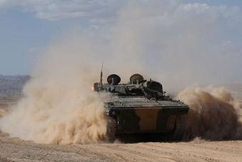 解放军04A步战开来沙尘滚滚