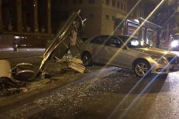网曝朝内大街附近一公交车站被撞烂