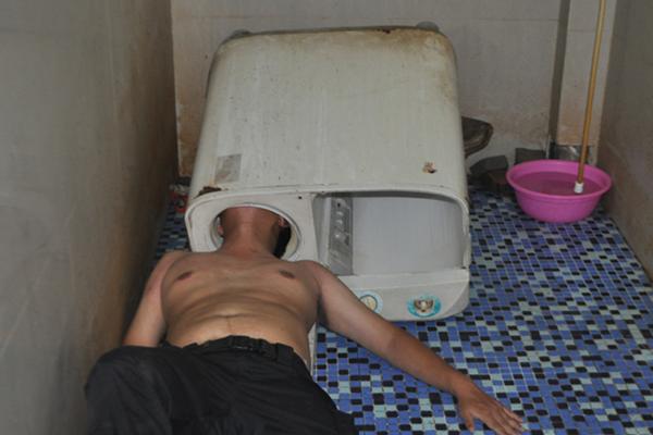 福建男子遇囧事 查看洗衣机滚筒时头部被死死卡住
