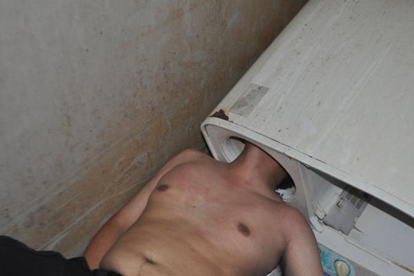 男子遇囧事 查看洗衣机滚筒时头部被死死卡住