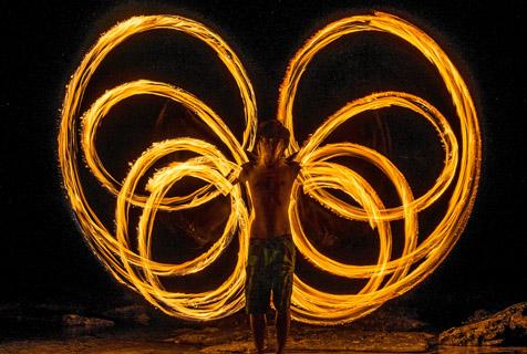 星火灿烂:摄影师拍摄银河下的火舞
