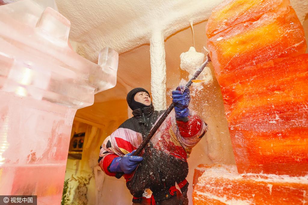 太原气温骤升 市民穿羽绒服逛天然冰库消暑