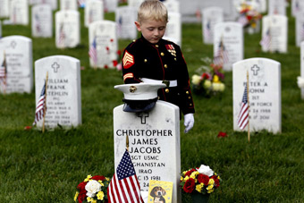 美国5岁男孩穿军装赴公墓为父亲扫墓