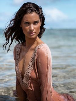 丽莎·奥尔森拍摄海边度假风大片